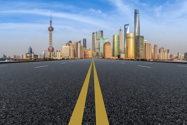 Premier plan, autoroute, asphalte, chaussée, ville, bâtiment, immeuble commercial, immeuble bureaux