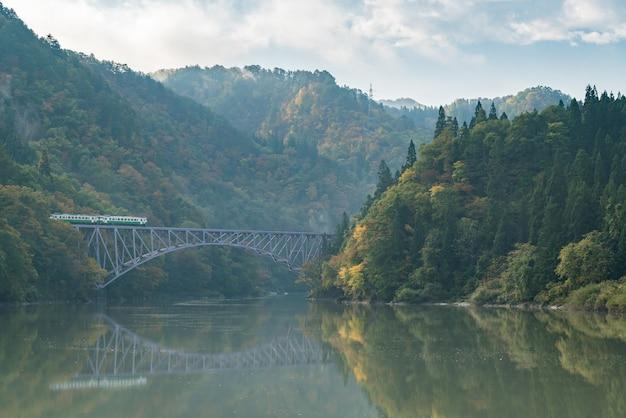 Premier pont de fukushima sur la rivière tadami au japon