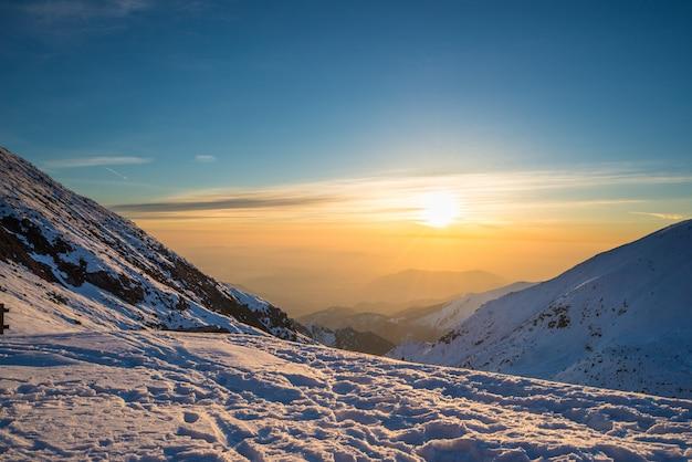 Premier soleil qui brille dans les alpes