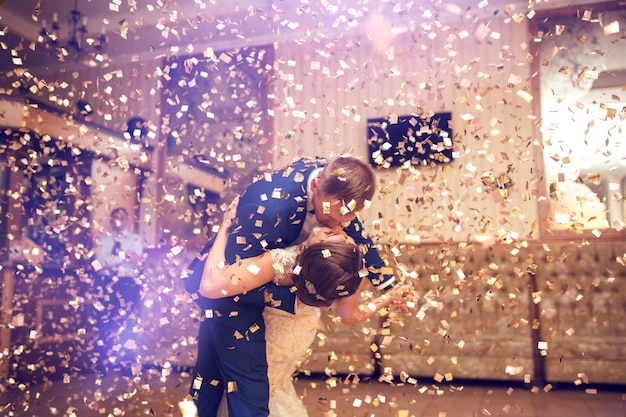 Première danse de mariage de jeunes mariés. couple de mariage.