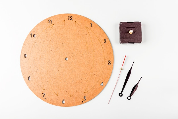 Première étape de la fabrication d'une horloge murale diy