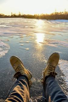La première glace sur le soleil au coucher du soleil