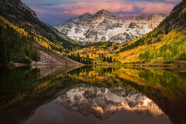 Première lumière du matin touchant la montagne rockie à maroon bell maroon lake aspen colorado