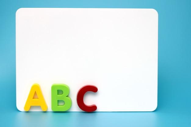 Les premières lettres de l'alphabet anglais près du tableau blanc
