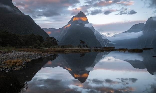 Premiers rayons de soleil éclairant le sommet de la montagne avec une belle réflexionmilford soundnouvelle-zélande