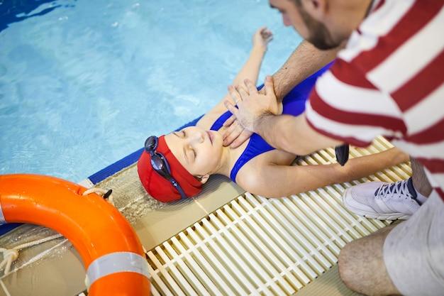 Premiers secours dans la piscine
