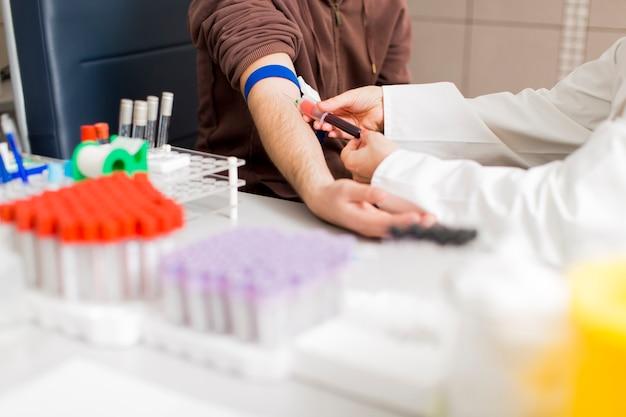 Prendre du sang en laboratoire