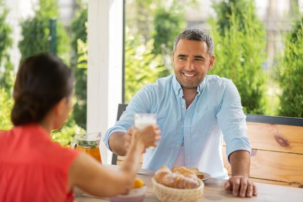 Prendre le petit déjeuner à l'extérieur. couple vraiment soulagé de profiter du petit-déjeuner à l'extérieur le week-end