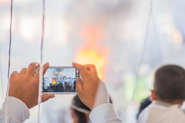 Prendre une photo avec un téléphone lors du casting de la statue de bouddha