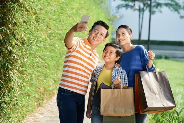 Prendre un selfie après une journée de magasinage productif