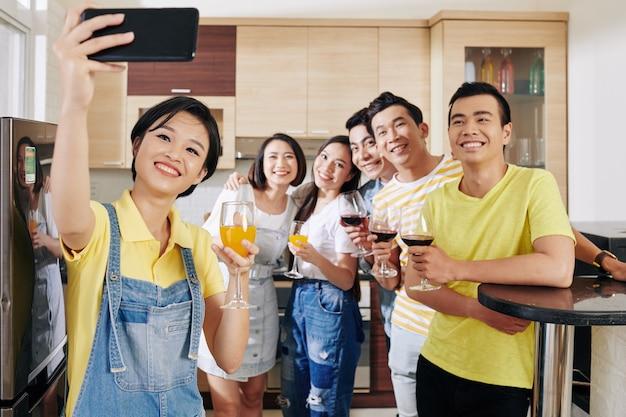 Prendre un selfie à la fête à la maison