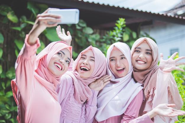 Prendre un selfie avec les meilleurs amis