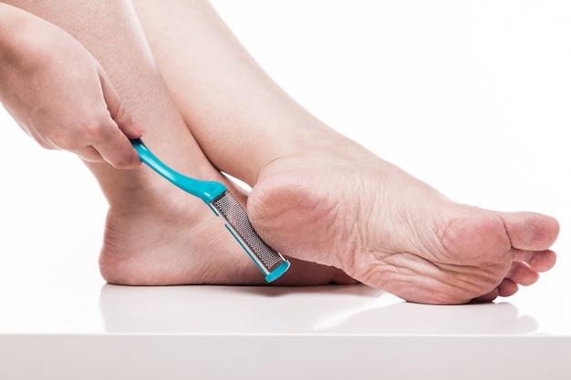 Prendre soin de la peau sèche des pieds bien damés et des talons avec le il