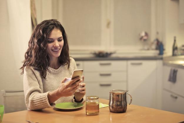 Prendre un thé et envoyer un sms