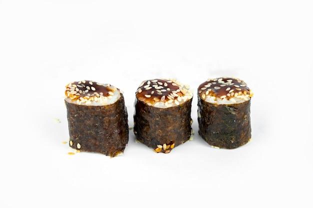 Prendre Un Unagi Maki Rolls Avec Des Baguettes En Bambou Sur Fond Blanc, Cuisine Asiatique, Cuisine Japonaise Photo Premium