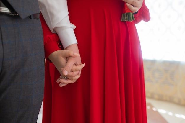 Prenez soin de vos proches. deux mains d'un homme âgé serrant la main d'une autre personne.