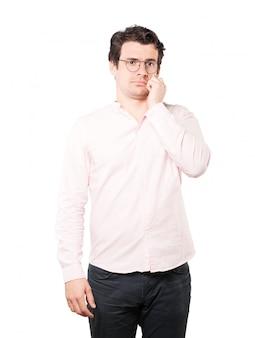 Préoccupé de jeune homme posant
