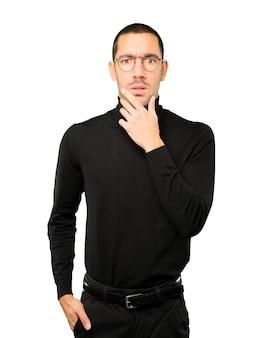 Préoccupé jeune homme posant