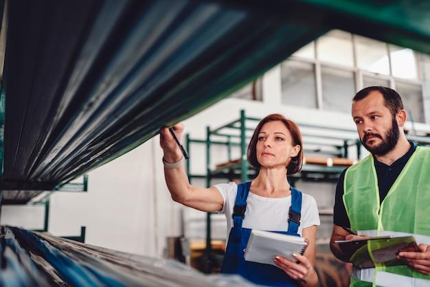 Préparateur de commandes ramassant les produits dans l'entrepôt