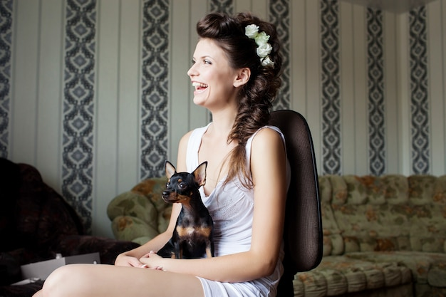 Préparatifs de mariage portrait de la belle mariée heureuse avec maquillage de mariage et coiffure de mariage