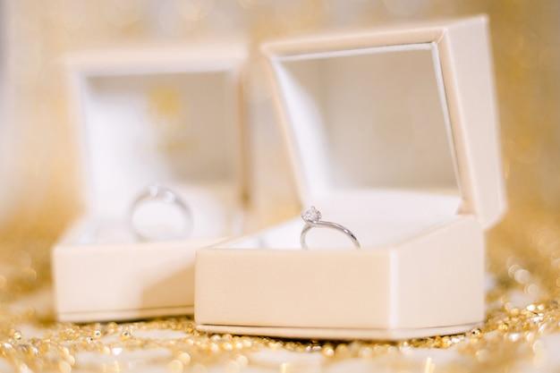 Préparation des anneaux de mariage pour le concept de mariage.