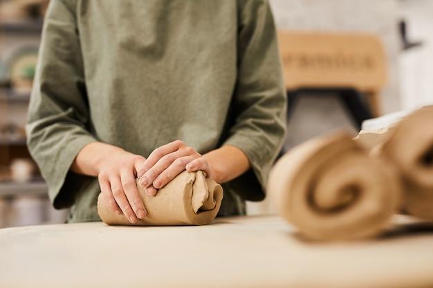 Préparation de l'argile pour la fabrication de vaisselle en céramique