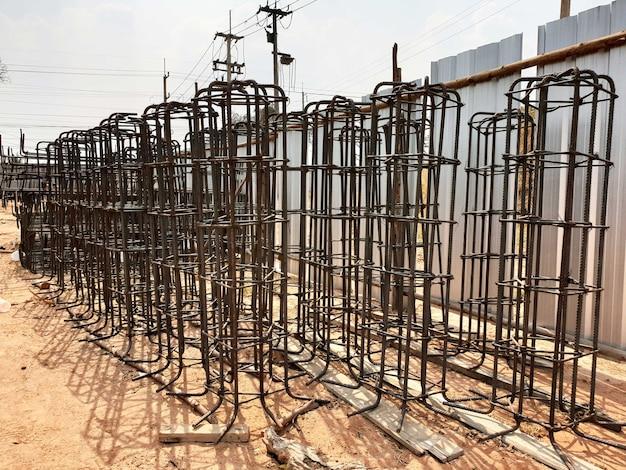 Préparation des attaches en acier pour la construction