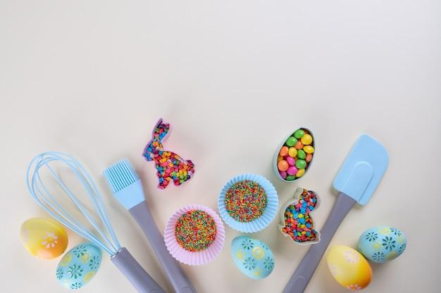 Préparation de biscuits au pain d'épice. emporte-pièces de pâques, outils nécessaires à la confection de pain d'épices, paillettes colorées. concept de pâques.