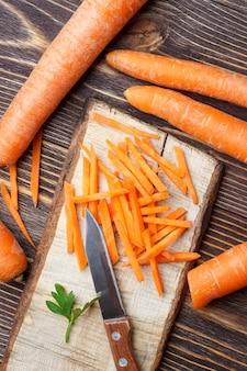 Préparation de la carotte végétarienne saine à la cuisson, vue de dessus