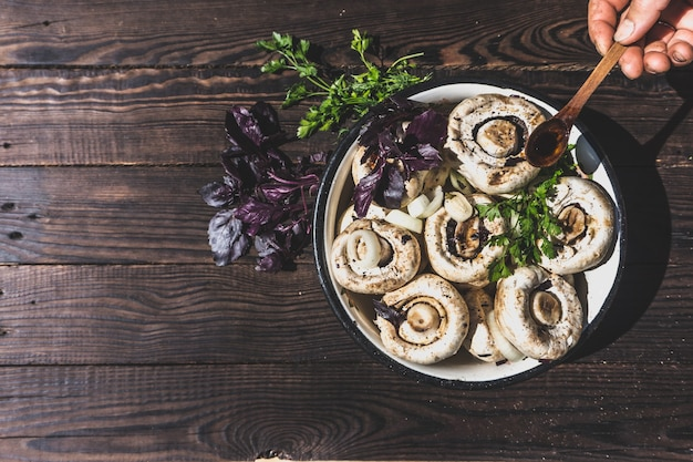 Préparation de champignons marinés avec légumes et épices