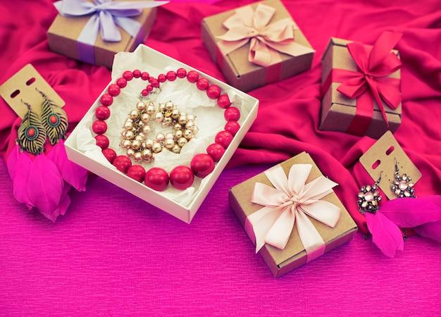 Préparation de la composition décorative pour les cadeaux de décoration de vacances.