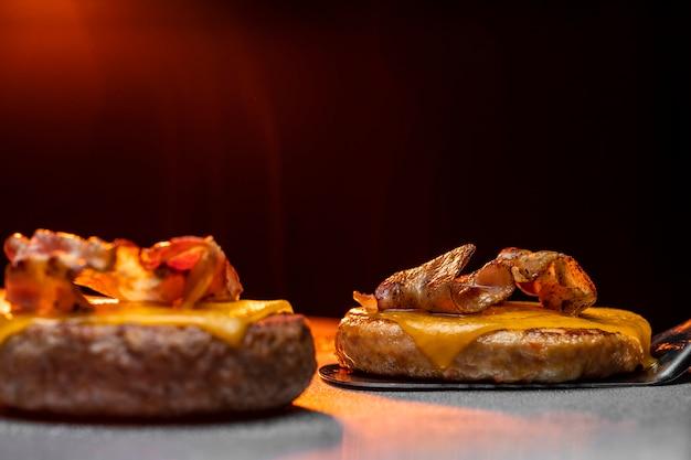 Préparation d'un délicieux arrangement de burger