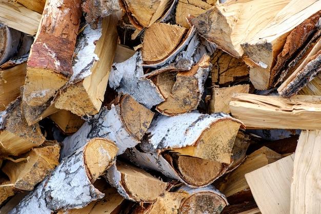 Préparation du bois de chauffage pour l'hiver. fond de bois de chauffage, piles de bois de chauffage dans la forêt. tas de bois de chauffage.