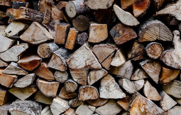 Préparation du bois de chauffage pour l'hiver, piles de bois de chauffage dans la forêt. tas de bois de chauffage.