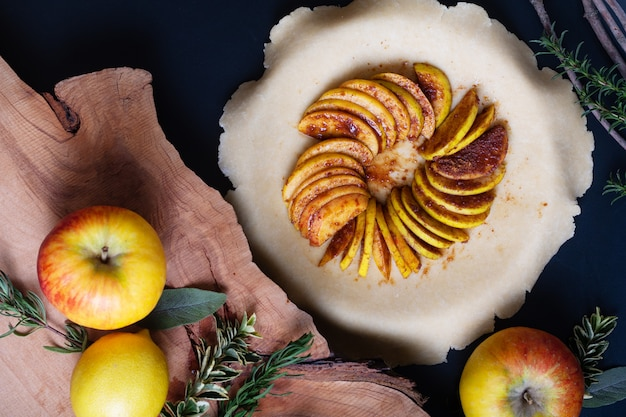 Préparation du concept alimentaire pour la croûte au beurre de tarte aux pommes galette bio maison
