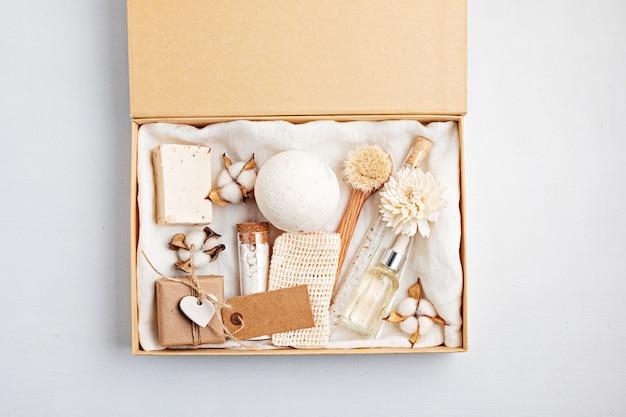 Préparation du paquet d'auto-soins et du coffret cadeau saisonnier avec des produits cosmétiques zéro déchet