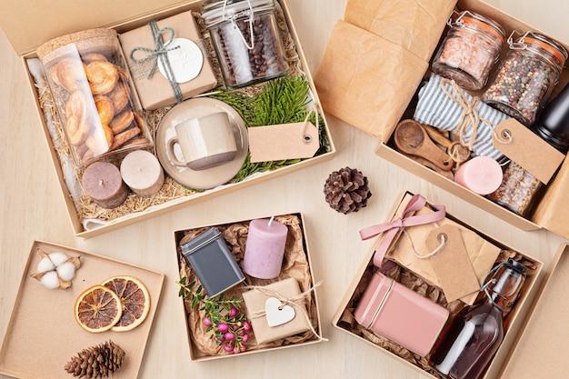 Préparation du paquet de soins, coffret cadeau saisonnier avec café, biscuits, bougies, épices et tasses. panier écologique personnalisé pour la famille et les amis