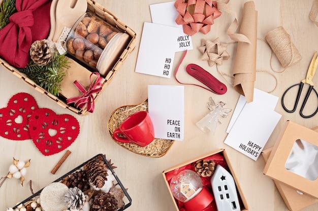 Préparation du paquet de soins pour thanksgiving, boîte-cadeau sasonal avec ustensiles de cuisine