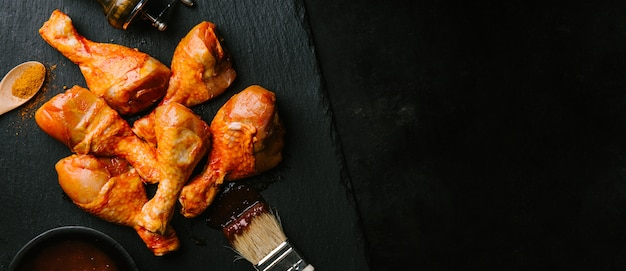 Préparation du poulet cru au barbecue pour la cuisson