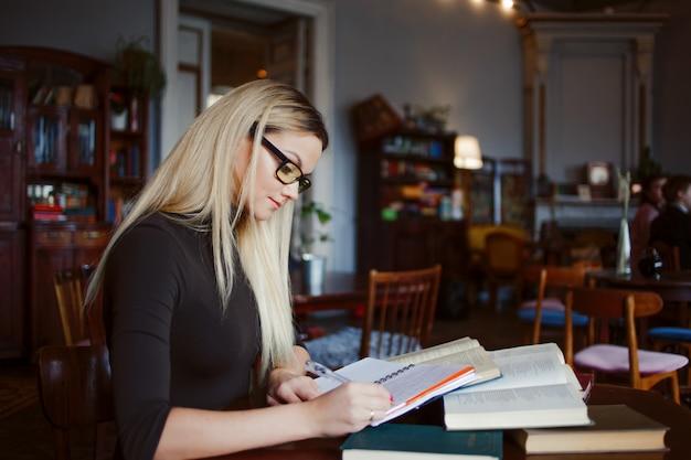 Préparation à l'examen et à l'apprentissage des leçons dans la bibliothèque publique