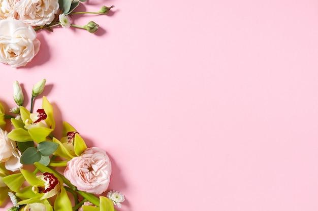 Préparation d'une future carte postale. fleurs roses sur fond rose avec un espace pour le texte