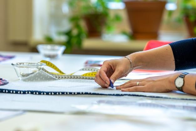 Préparation d'un gabarit pour confectionner une robe dans un atelier de couture