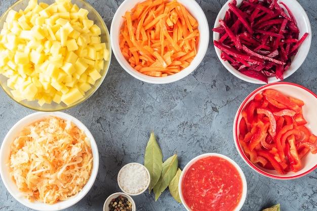 Préparation des ingrédients de légumes de la soupe borsch dans la cuisine