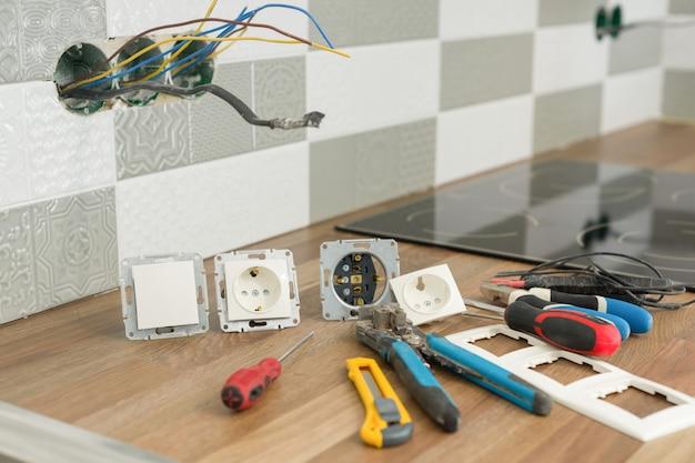 Préparation de l'installation d'une prise électrique.