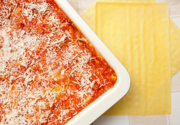 Préparation de lasagnes maison.