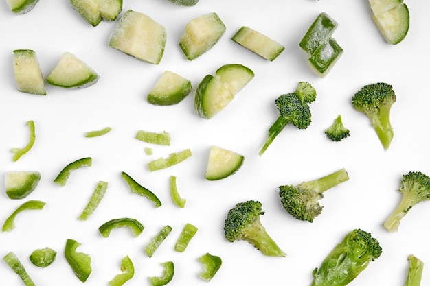 Préparation de légumes semi-finis surgelés à la main. légumes hachés pour une cuisson rapide. le régime végétalien.