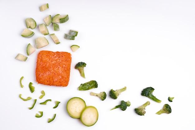 Préparation de légumes semi-finis surgelés à la main. légumes hachés pour une cuisson rapide.