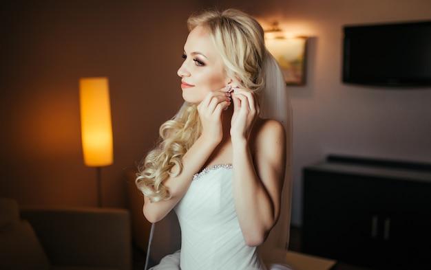 Préparation de mariage belle mariée heureuse robes boucles d'oreilles avant le mariage.