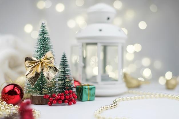 Préparation de la nouvelle année, sapins de noël décorés et coffrets cadeaux.