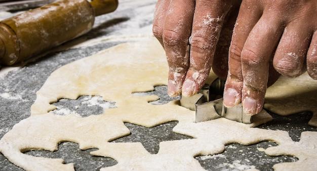 Préparation de la pâte faire des biscuits à partir de pâte fraîche sur la table en pierre avec de la farine